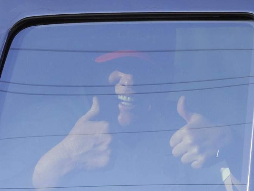 US-Präsident Donald Trump gestikuliert während er zu seinem Anwesen in Mar-a-Largo, Florida, gefahren wird. Trumps Anwälte wollen nicht an der Anhörung zu einem möglichen Amtsenthebungsverfahren teilnehmen. Foto: Luis M. Alvarez/AP/dpa