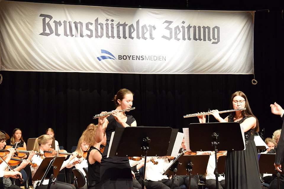 Die Querflöten-Spielerinnen Hanna Saager (links) und Svea Adolph.