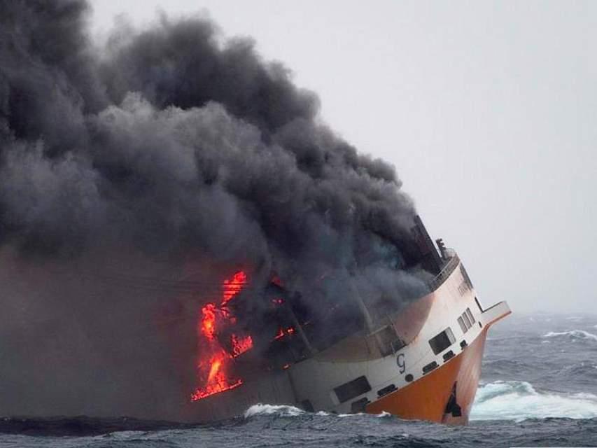In der Biskaya steht die «Grande America» in Flammen. Nach dem Untergang des Containerschiffs hat sich vor der franösischen Atlantikküste ein kilometerlanger Ölteppich gebildet. Foto: Loic Bernardin/Marine Nationale/AP