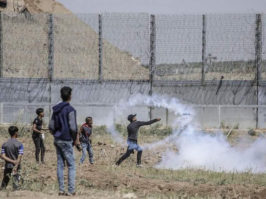 Bei Konfrontationen von Palästinensern und israelischen Soldaten an der Gaza-Grenze sind laut palästinensischen Angaben 65 Menschen verletzt worden. Foto: Mohammed Talatene, dpa