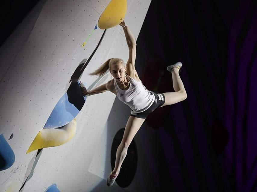 Bei den Kletter-Weltmeisterschaften im japanischen Hachioji hängt Janja Garnbret in der Wand. Die 20-jährige Slowenin wurde ihrer Favoritenrolle gerecht und gewann in der Disziplin Bouldern die Goldmedaille. Foto: Jae C. Hong/AP