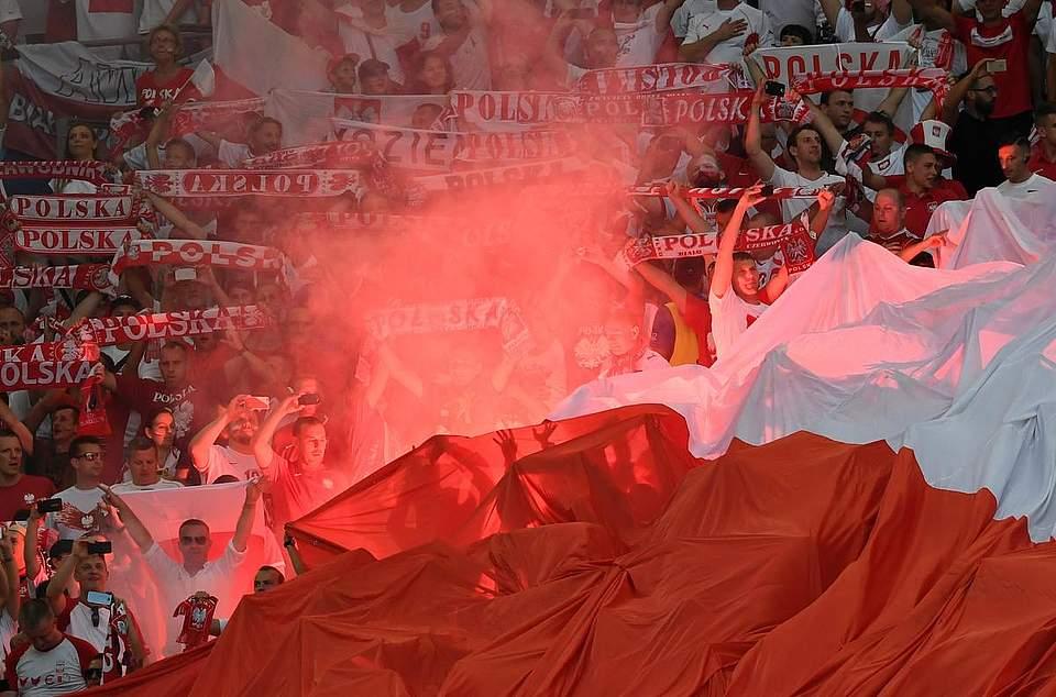 Pyros im Stadion waren während des Turnier immer wieder ein Aufreger. Hier: Polnische Fans während des Viertelfinales gegen Portugal. Foto: Gambarini