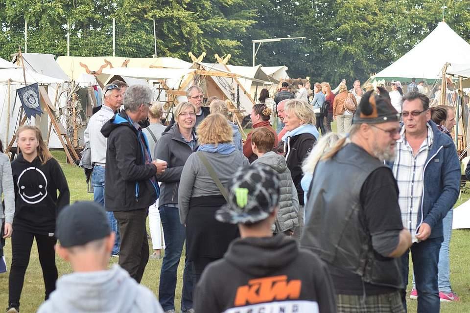 Viele Besucher aber kein unangenehmes Geschiebe: Auch das machte das Mittelalterspektakel 2017 aus. Foto: Büsing