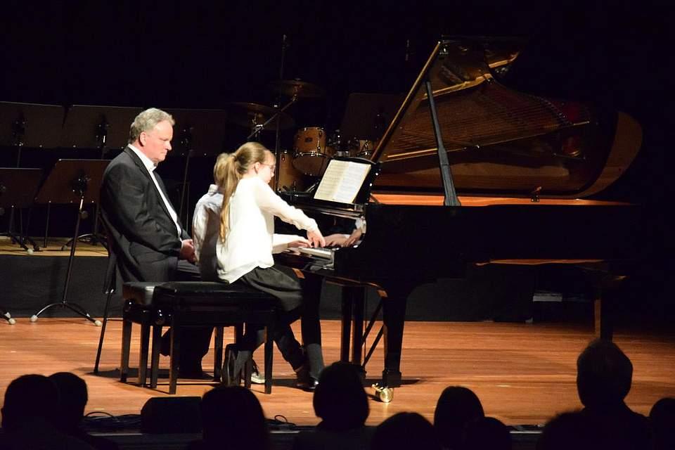 Klavierlehrer Kai Thomsen mit seinen Schülern Clara Wittmaack und Flemming Thomsen.