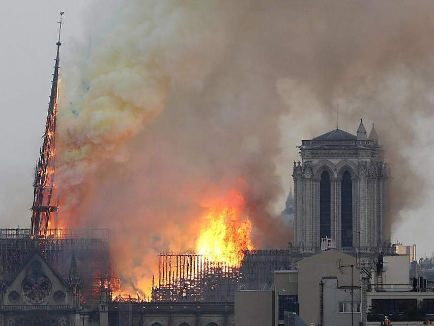 Flammen und Rauch steigen von einem der berühmtesten Wahrzeichen der Welt, der Pariser Kathedrale Notre-Dame, auf. Foto: Thibault Camus/AP