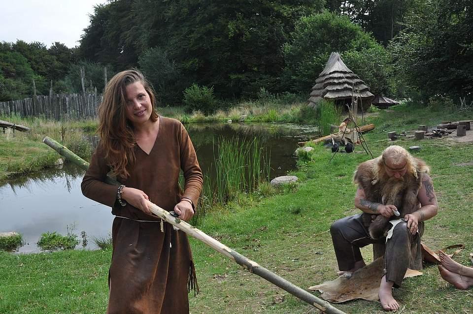 Alice La Porta fertigt einen Speer, wie ihn bereits die Neandertaler benutzt haben können. Dazu schabt sie mit einer scharfen Flintklinge die Rinde von einem Ast.