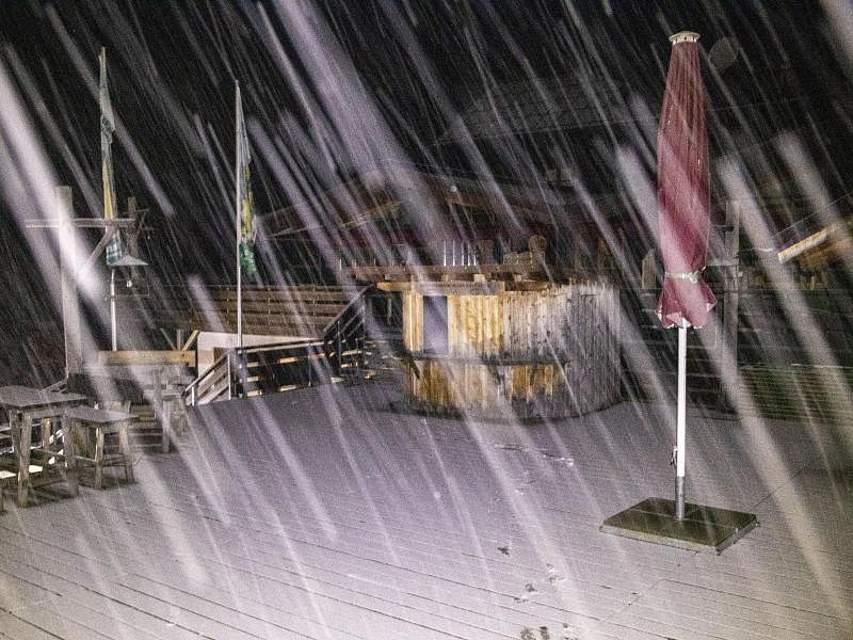 Es schneit in Grasgehren - im Allgäu muss oberhalb von 800 Metern mit Glätte gerechnet werden. Foto: Bernd März/dpa