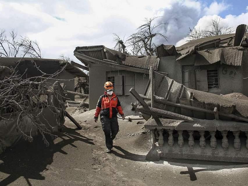 Vulkanausbruch auf den Philippinen: Eine freiwillige Helferin geht durch eine verwüstete Gegend. Foto: Basilio Sepe/AP/dpa