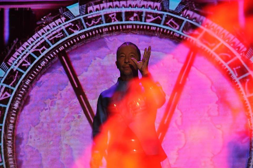 DJ Bobo bot mit seiner Band eine Bühnenshow mit Pyrotechnik und Tanzeinlagen. Foto: Voß