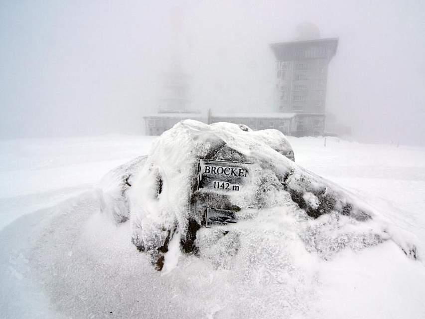 Mehr als zwei Meter misst die Schneehöhe derzeit auf dem Brocken. Die Markierung des höchsten Punktes auf dem Berg ragt gerade noch aus der Schneedecke hervor. Foto:Matthias Bein