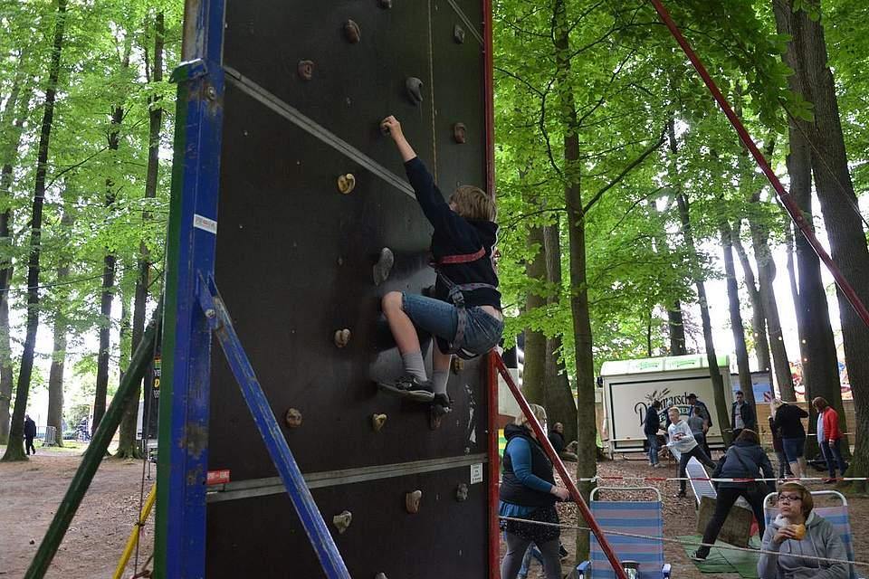 Jonas, 8, erklimmt die Kletterwand.