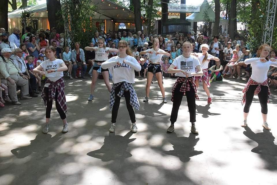 Die Hip-Hop- und Videoclipgruppe der mobilen Tanzschule Tietze. Foto: Büsing
