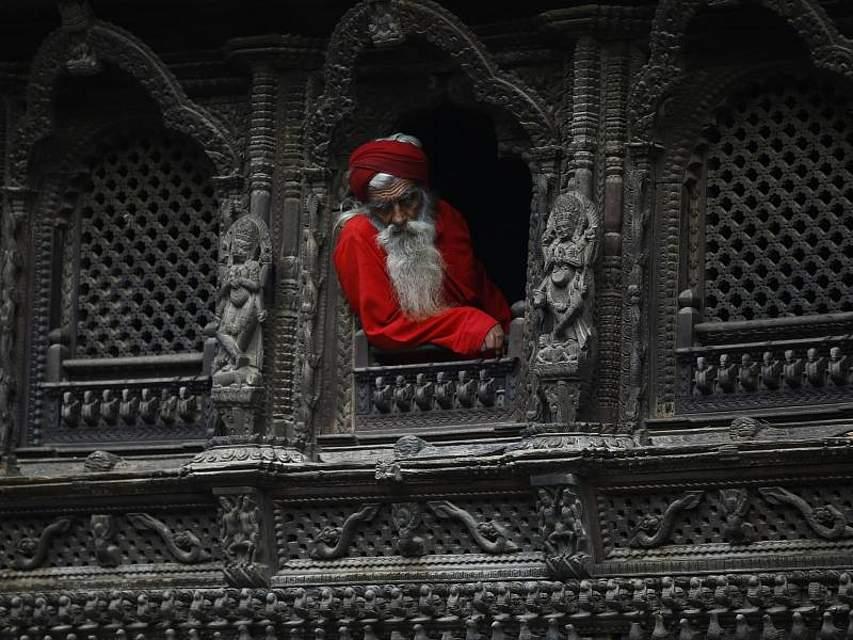 EIN SADHU (Heiliger Mann) schaut während des Rishi Panchami Festivals am Ufer des Bagmati Flusses in Nepal aus einem Tempel. Foto: Skanda Gautam/ZUMA Wire