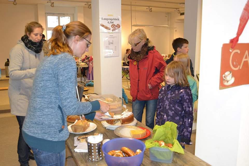 Flohmarkt der Grundschule: Kerstin Möller, vorne, und Susanna Hack verkaufen Kaffee und Kuchen.