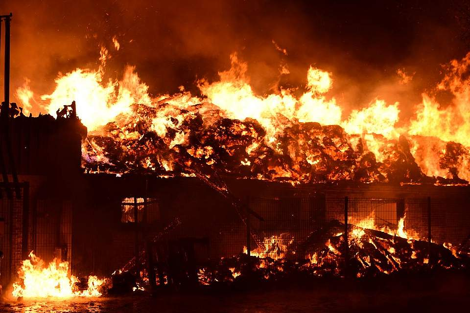 Großbrand in Nordhastedt: Feuer zerstört Wohnhaus und Schweinestall. Foto: Tiessen