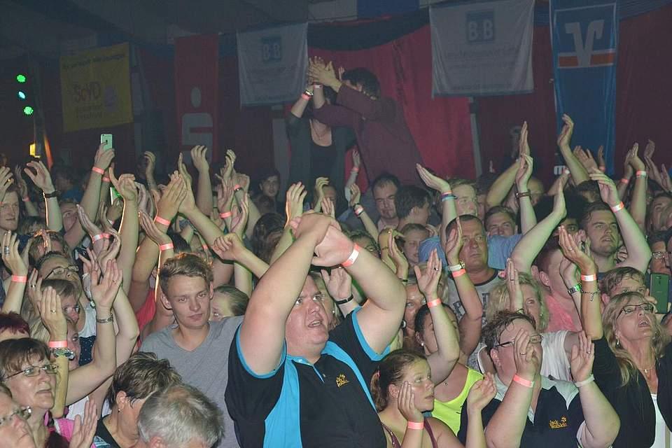 Partystimmung in Tellingstedt auf ihrem Höhepunkt: Jürgen Drews dreht auf.