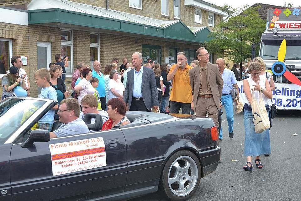 Beim Festumzug haben alle Spaß: Die Mitwirkenden auf den Wagen, die Fußgruppen und die zahlreichen Zuschauer entlang des Weges.