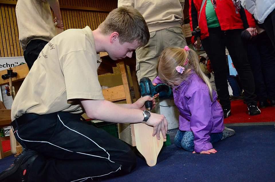 Auch kleine Mädchen konnten am Stand der Tischlerei Adamsky Hand beziehungsweise Akkuschrauber anlegen und die kleine Werkzeugkiste zusammenschrauben.