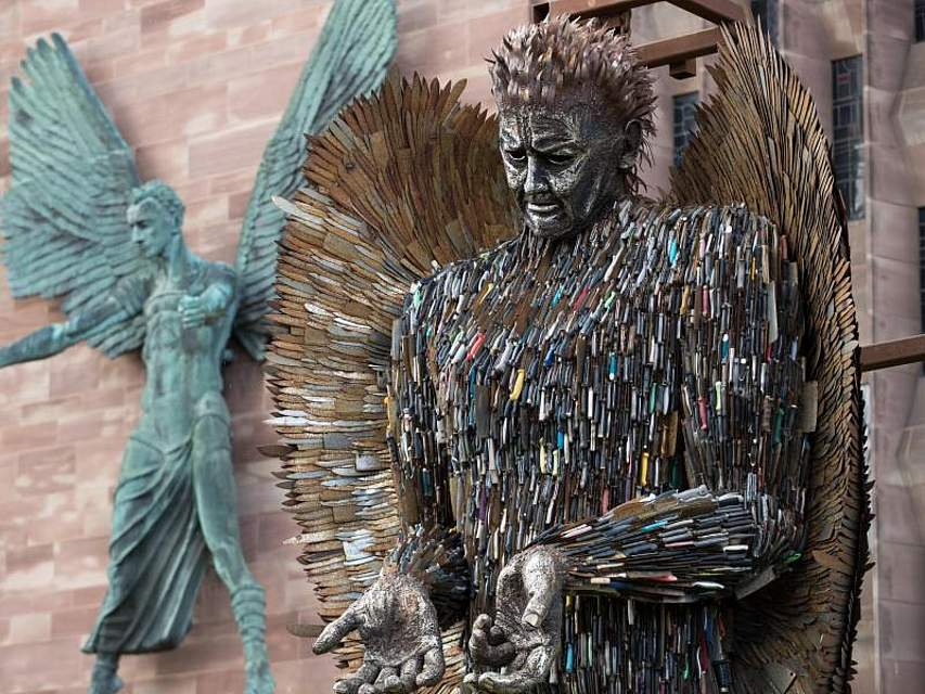 Engel aus Messern: Eine acht Meter hohe Skulptur aus 100.000 beschlagnahmten Stichwaffen vor der Kathedrale von Coventry. Das Werk des Künstlers Alfie Bradley soll an die Auswirkungen von Gewalt und Aggression erinnern. Foto: Aaron Chown/PA Wire
