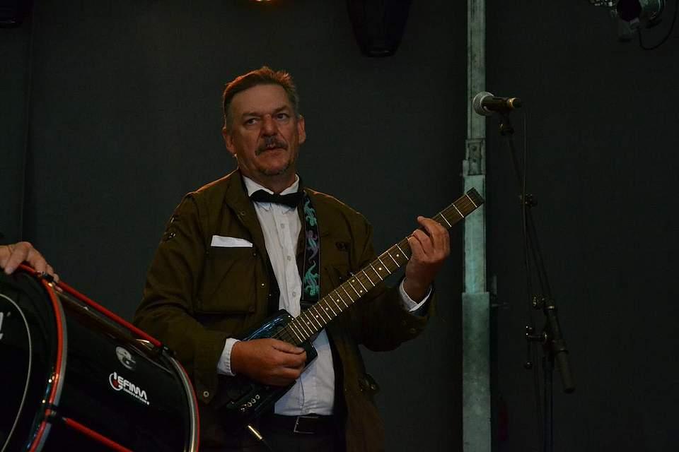 An der Gitarre bei den Delvtown Jazzmen: Jörg Schmidtke.