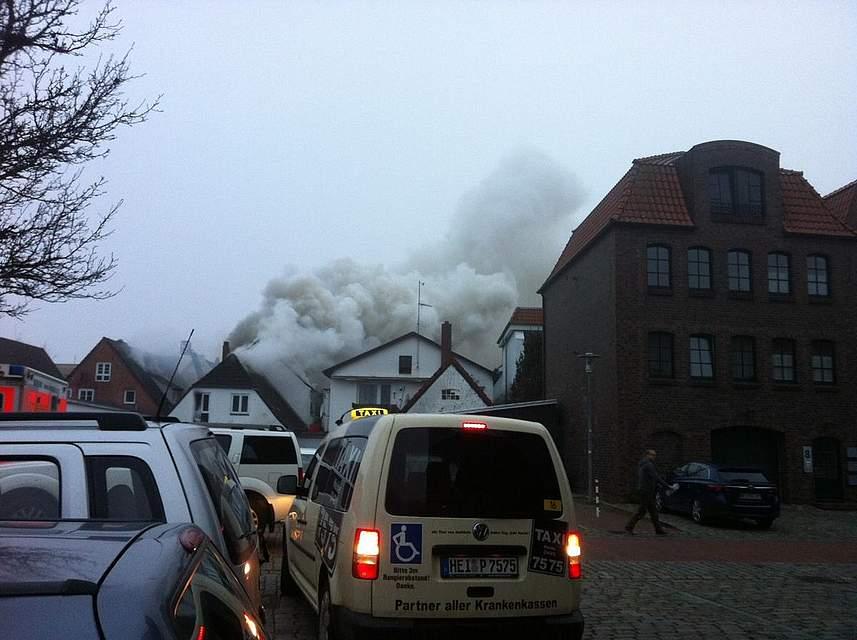 Heide: Feuer in der Süderstraße. Foto: Müller