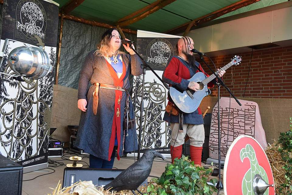 Singen über die Schlachten heidnischer Thüringer: Die Gruppe Waldtraene. Foto: Büsing