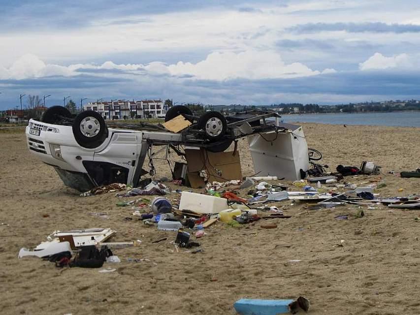 Ein umgestürztes Auto liegt an einem Strand bei Chalkidiki in Nordgriechenland. Auf eine Hitzewelle mit Temperaturen bis zu 40 Grad Celsius folgten heftige Unwetter. Foto: Giannis Moisiadis/InTime News