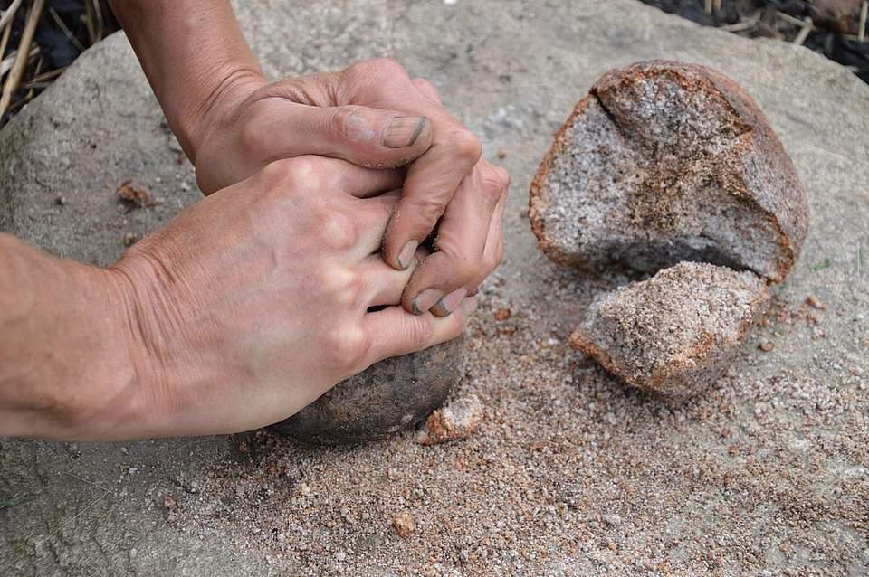 Wichtiges Werkstoff: Aus durchgebrannten Steinen erzeugen die Wissenschaftler den sogenannten Grus. Das Steinmehl macht den Ton - und damit auch die Ertebölle-Keramik - widerstandfähiger.