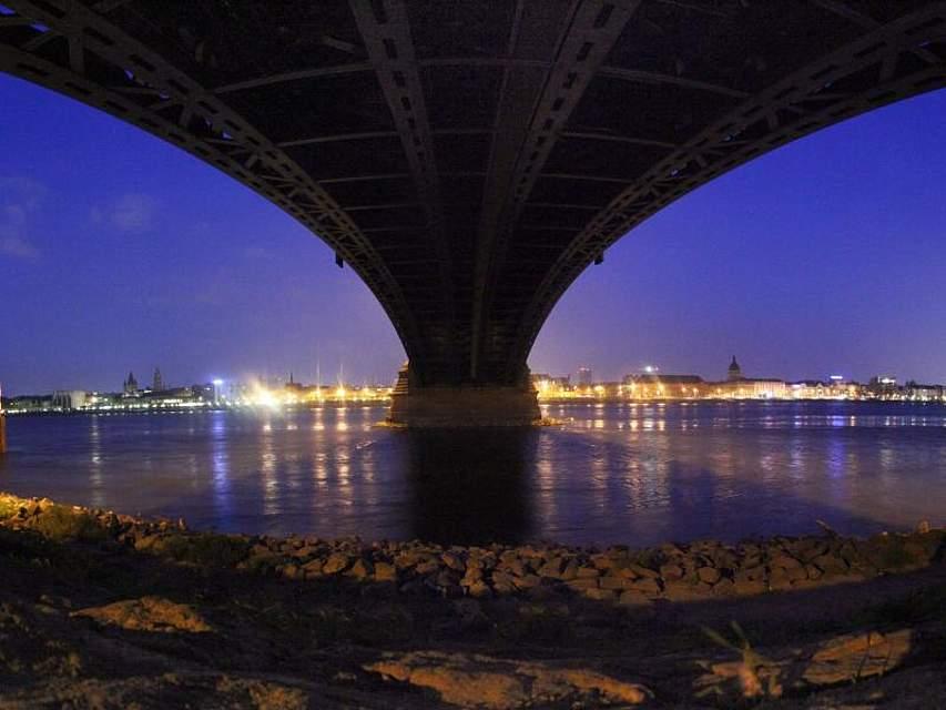 Der Tag erwacht: Die Theodor-Heuss-Brücke und das gegenüberliegende Mainzer Rheinufer in den frühen Morgenstunden. Foto: Fredrik von Erichsen