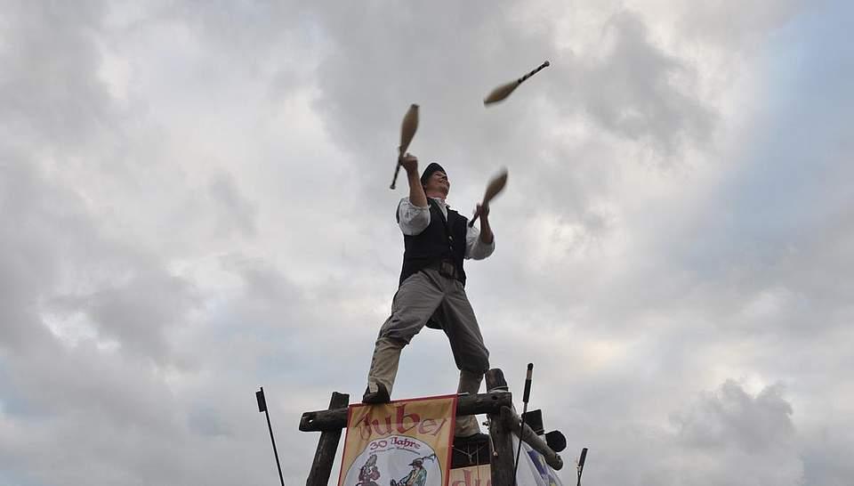 Jonglage auf einem Turm. Foto: Höfer
