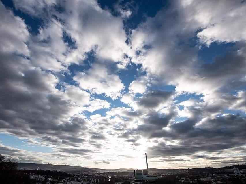 Wolken ziehen im Licht der Abendsonne über Stuttgart. Foto: Fabian Sommer