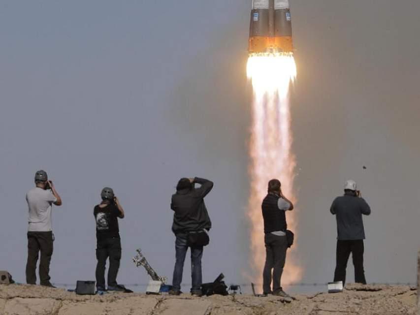 Journalisten fotografieren die abhebende Raumkapsel Sojus MS-10 auf dem Weltraumbahnhof Baikonur. Der Start schlug jedoch fehl, die Kapsel musste notlanden, die beiden Raumfahrer an Bord überlebten. Foto: Dmitri Lovetsky/AP