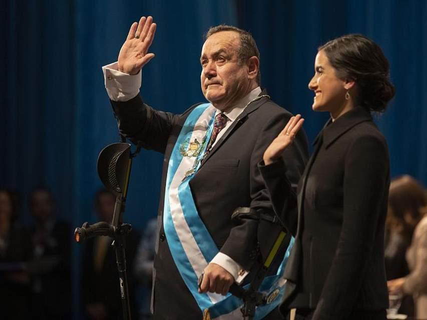 Alejandro Giammattei, hier in Begleitung seiner Tochter Ana Marcela, ist als neuer Präsident von Guatemala vereidigt worden. Er tritt die Nachfolge von Jimmy Morales an, dessen Wiederwahl die Verfassung nicht zuließ. Foto: Moises Castillo/AP/dpa