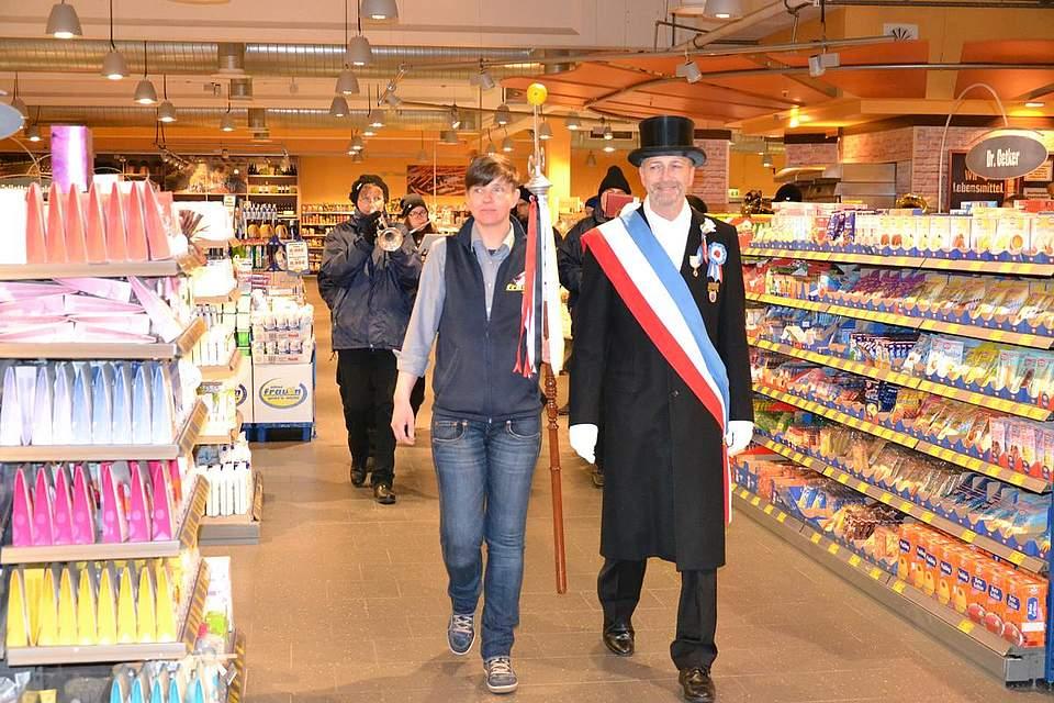 Frauen-Marktleiterin Christine Hehl führt mit Thies Pohlmann den Zug durch den Markt.