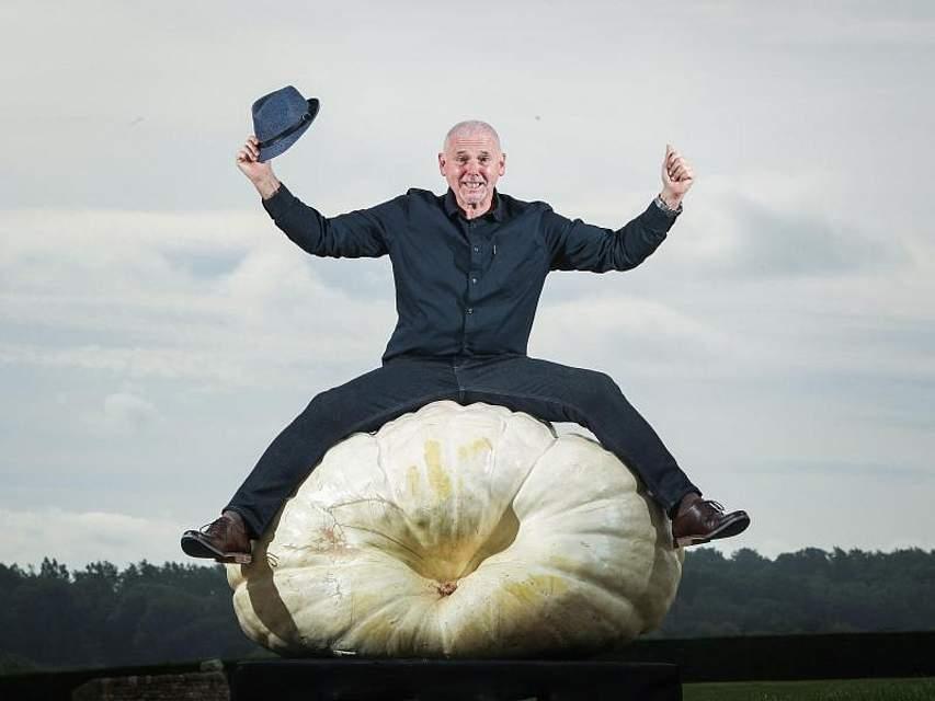 Der Gewinner in der Klasse «Riesige Kürbisse» sitzt bei der National Vegetable Society UK Championships auf seinem 319,8 kg schweren Kürbis. Foto: Danny Lawson/PA Wire