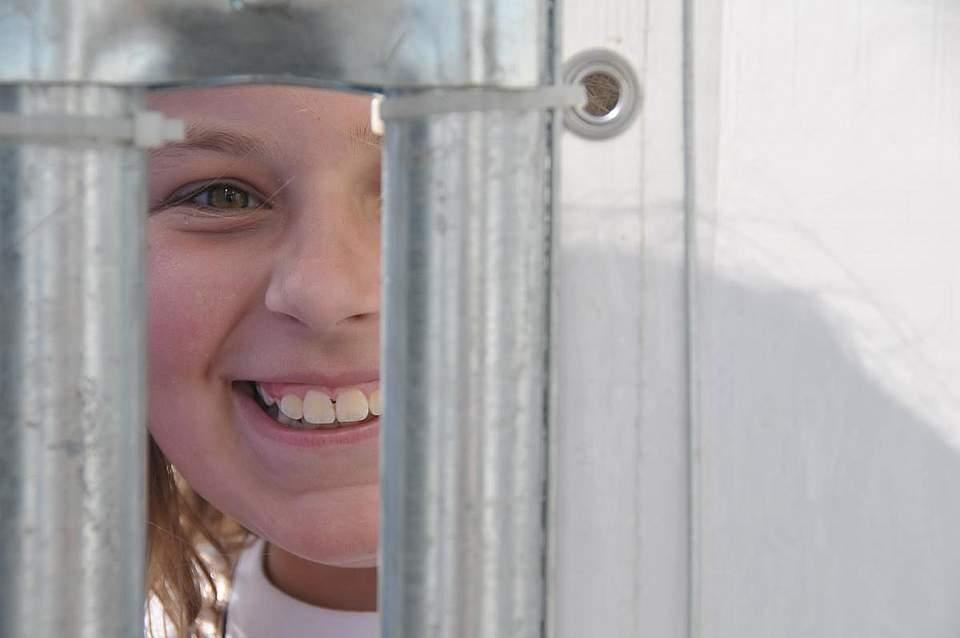 Zaungast: Frieda Felchner (10) aus Felde. Foto: Voß