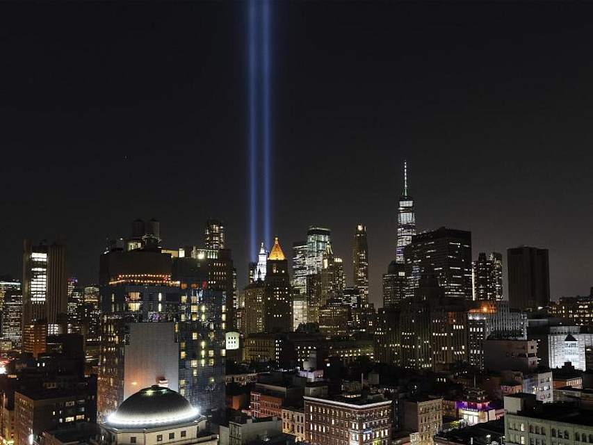 Zwei Lichtsäulen (das sogenannte «Tribute in Light»), die zur Erinnerung an die Terroranschläge am 11. September 2001 die Türme des zerstörten World Trade Centers nachbilden, strahlen in den Himmel über der Skyline von Lower Manhattan. Foto: Mark Lennihan/AP