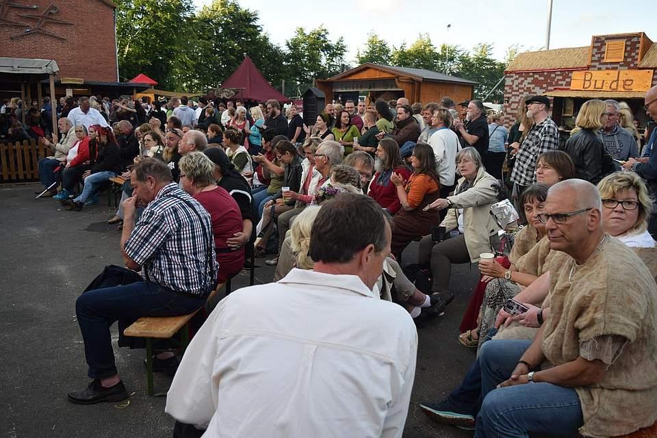 Gespannt verfolgen die Besucher das Konzert von Waldtraene. Foto: Büsing