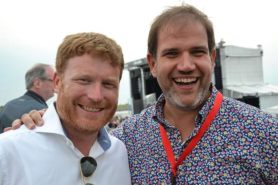 Olaf Walter (links) und Jan Mewes haben Grund zur Freude: Mehr als 2000 Menschen strömten zum Legends-at-the-Sea-Abend. Außerdem klappte die Zusammenarbeit mit Boyens Medien gut. Foto: Voß