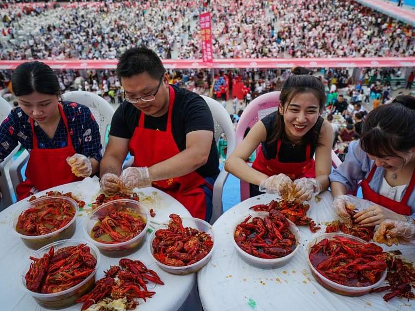 Mehr als 50.000 Menschen haben im chinesischen Xuyi an einem Flusskrebs-Festessen teilgenommen. Foto: Li Xiang/XinHua