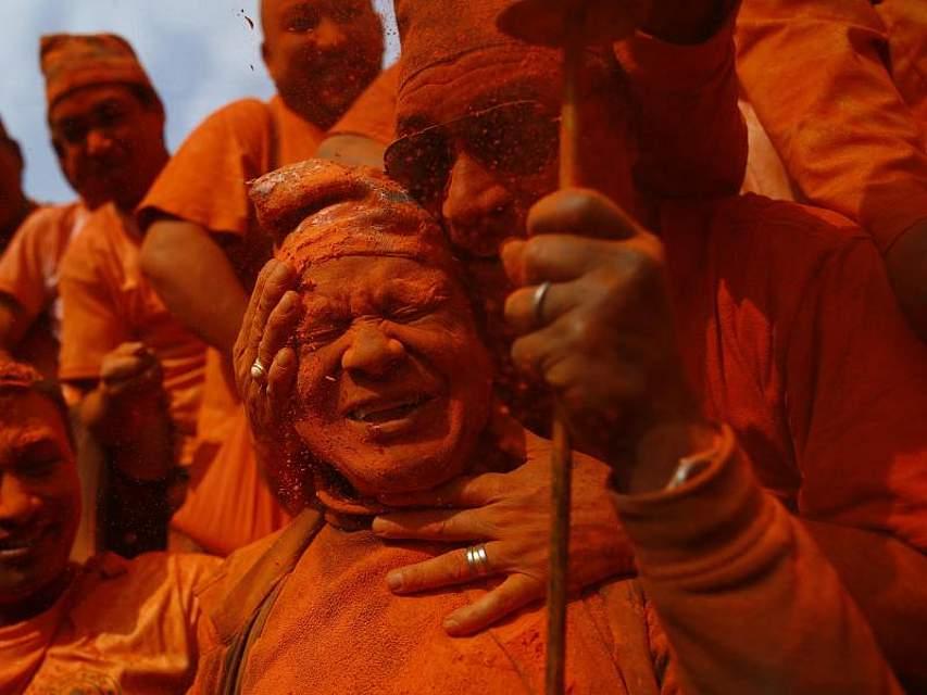 Alter Brauch: Zum nepalesischen Neujahrsfest schmieren sich Feiernde in Bhaktapur gegenseitig zinnoberrotes Pulver ins Gesicht. Foto: Skanda Gautam/ZUMA Wire