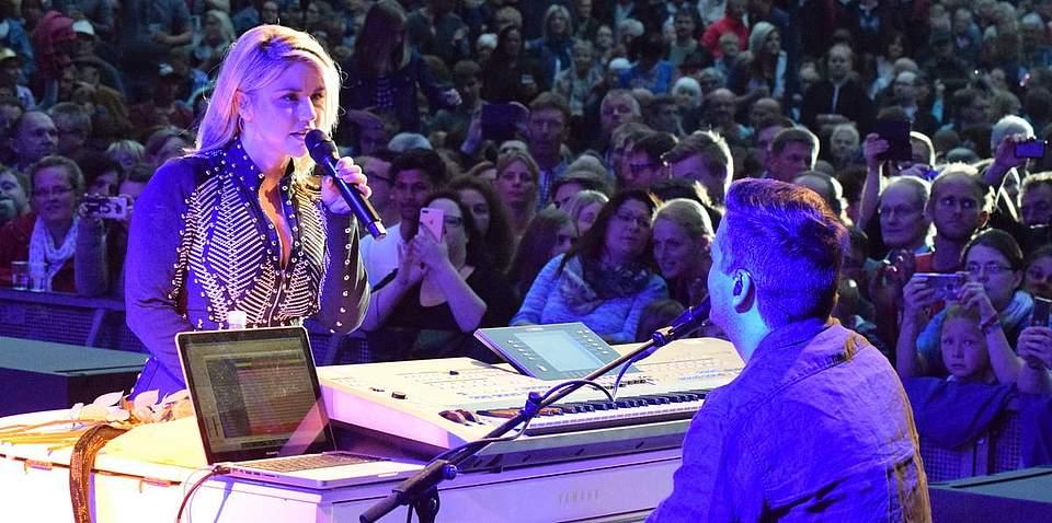 Der Star des Pfingstvolksfestes 2018: Beatrice Egli. Sie singt ihre Schlager und zieht viele Besucher in den Kurpark. Foto: Büsing