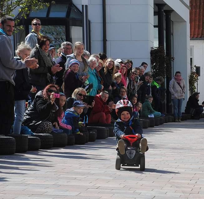 Die Kleinsten freuen sich beim Bobbycar-Rennen.