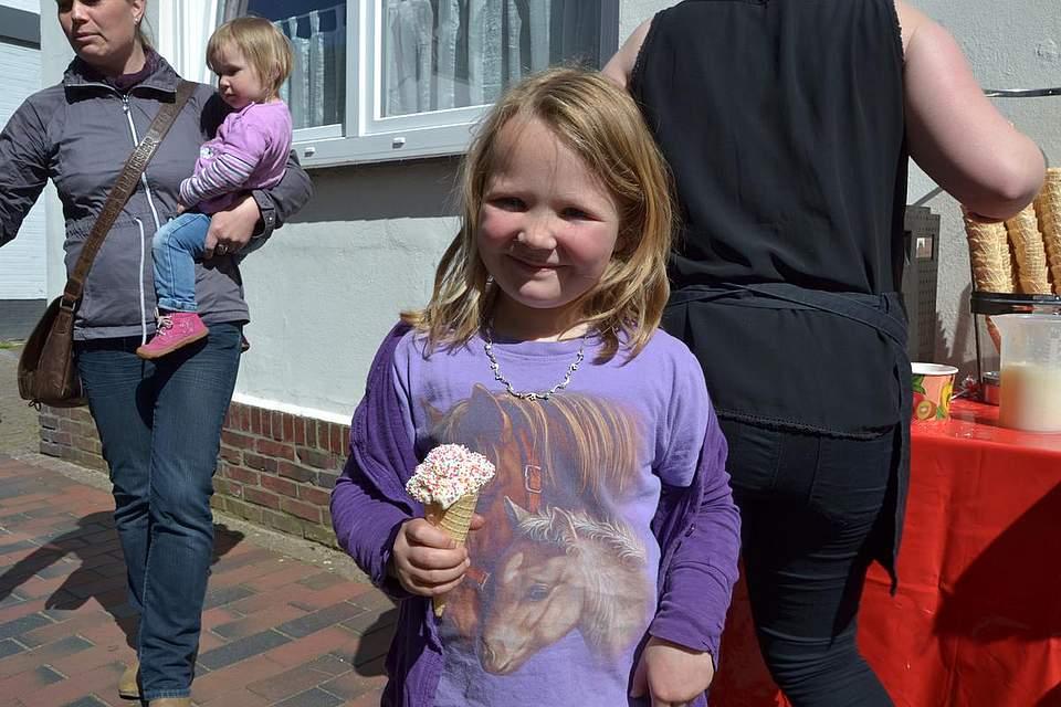 Kindernachmittag: Ruth Neumann beim Eis essen.