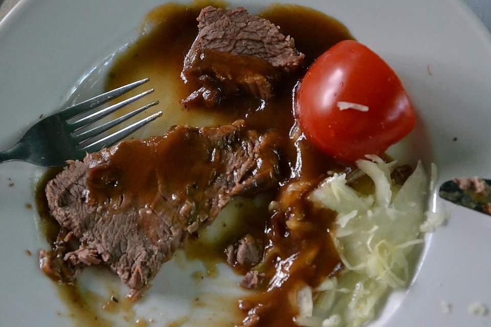 Pfingstochse mit Kraut und Tomate.