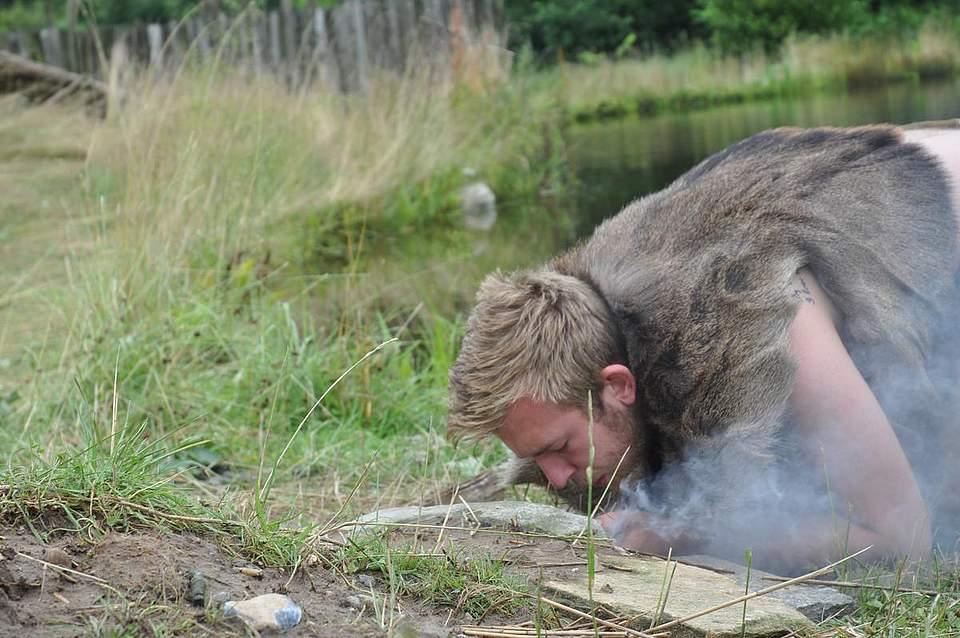 Jake Newport entfacht ein Feuer.