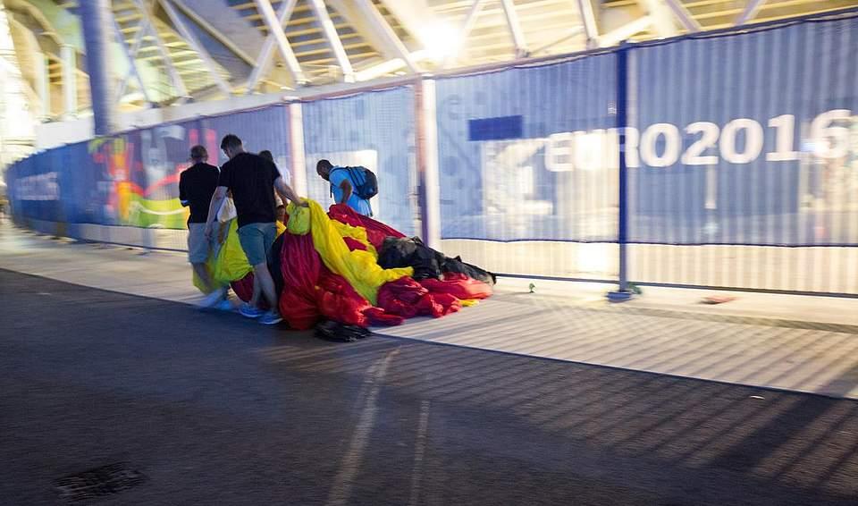 Fans der deutschen Mannschaft ziehen eine gigantische Flagge durch die Katakomben des Stade Velodrome. Foto: Charisius