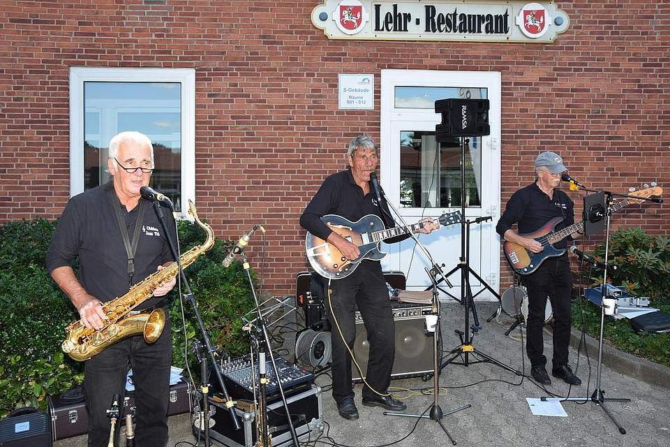 Das Oldtime Jazz Trio spielt nach dem Zieleinlauf.