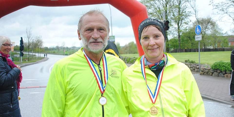 """Freuen sich, dabei gewesen zu sein: die """"Halbmarathonis"""" Eggert Behrens und Helga Böhm."""