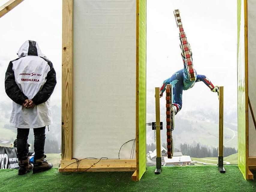 Ein Teilnehmer startet beim freien Training bei der Grasski-WM auf der Marbachegg im Schweizer Kanton Luzern. Rund 80 Teilnehmer aus zehn Ländern nehmen vom 13. bis 18. August an dem Wettbewerb teil. Foto: Alexandra Wey/KEYSTONE